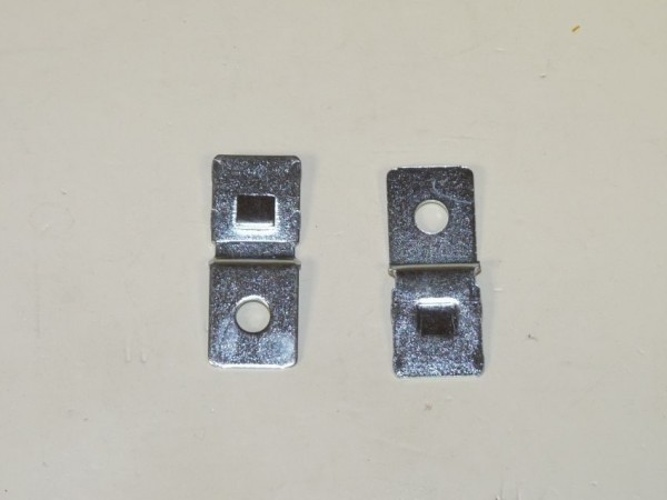 Attache métal pour relais